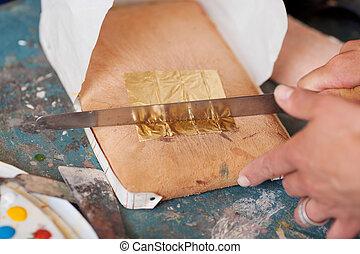זהוב, יד של אישה, לחתוך, לוח של נייר, סכין