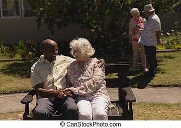 זוג בכיר, גן, ידיים, ספסל, הבט, להחזיק, חזית, לשבת