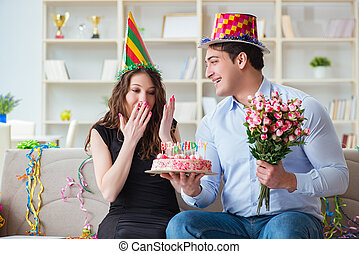 זוג צעיר, לחגוג, יום הולדת, עם, עוגה
