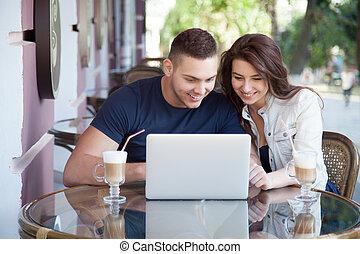 זוג שמח, עם, מחשב נייד, ב, a, בית קפה