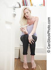חדר אמבטיה, לשבת, מתבגר, מודאג, הריון בוחן, ילדה