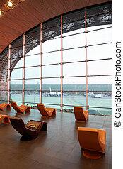 חדר המתנה, ב, נמל תעופה בינלאומי, עם, תפוז, ספוגי, כסאות, התמקד, ב, חלון