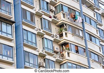 חזית, של, a, דיורי, בנין, עם, מרפסות