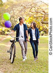 חמוד, זוג מתבגר, עם, אופניים, בחוץ