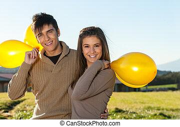 חמוד, זוג של נער, בחוץ, עם, balloons.