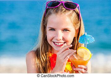 חמוד, ילדה, לשתות, קוקטייל של פרי, ב, החף.