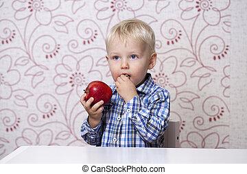 חמוד, קטן, לאכול תפוח עץ, בחור, אדום