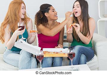 ידידים, פיצה, בית, נקבה, יין, לאכול, שמח