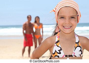 ילדה צעירה, בחוף, עם, שלה, הורים