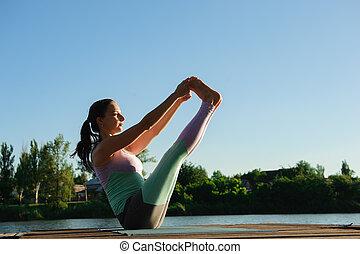 ילדה צעירה, לעשות, יוגה, תרגיל של כושר הגופני, בחוץ, ב, יפה, נוף., בוקר, sunrise., מדיטציה, ו, הרגע
