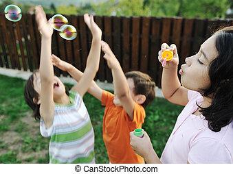 ילדים, בחוץ, -, התמקד, לשחק, סמן, בררני, בועות, ילדים, שמח