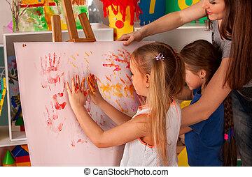 ילדים, קבץ, teacher., אצבע, easel., לצבוע, ילדים