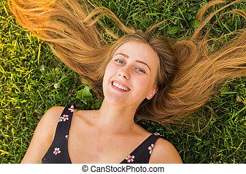 יפה, אישה צעירה, *משקר/שוכב, ב, meadow., ההנה, טבע