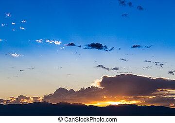 יפה, הרים, עננים, של נוף, מעל, שמיים כחולים, שקיעה, הבט