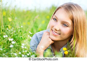 יפה, ילדה, *משקר/שוכב, ב, אחו, של, פרחים, ו, דשא ירוק