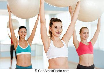 יפה, כדורים, להתאמן, צעיר, שלושה, כושר גופני, balls., בגדים של ספורט, לחייך, נשים