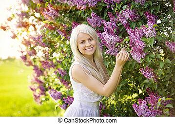 יפה, לחייך, אישה צעירה, עם, לילך, פרחים