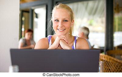 יפה, צעיר, בלונדיני, ילדה, עם, שלה, laptop.