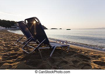 כסאות, החף, עלית שמש
