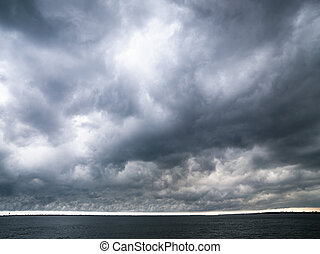 להסתכל, עננים כהים