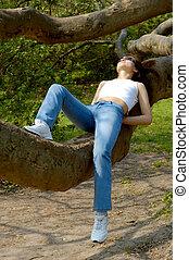 להרגע, ענף של עץ, בחוץ, ילדה, שמח