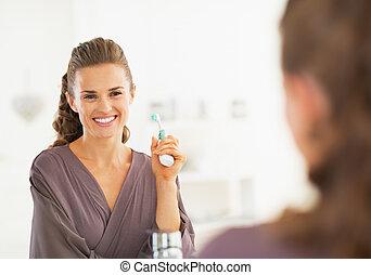 לחייך, אישה צעירה, עם, מברשת שיניים