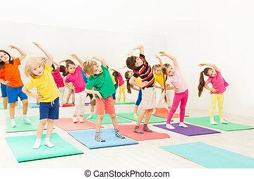 לכפוף, ילדים, אולם התעמלות, תרגילים, תמוך, שמח