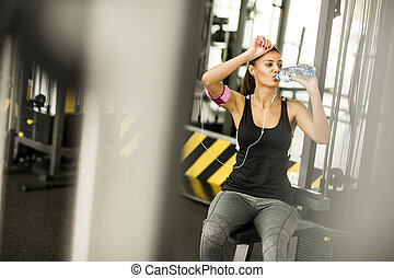 לנוח, אישה יושבת, אימון, אחרי, צעיר, השקה, בזמן, אטרקטיבי, לשתות, ספורט