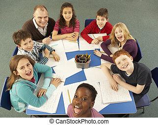 לעבוד, שולחן, ביחד, תקורה, ילדי בית-הספר, מורה, הבט