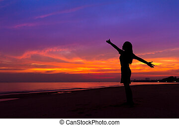 לעמוד, אישה, צללית, , בזמן, שקיעה, ים, ידיים, החף