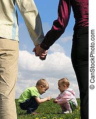 לשבת, קולז', אמא, אבא, להחזיק ידיים, דשא, ילדים