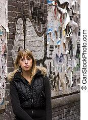 מבוגר צעיר, אישה עומדת, נגד, קרע, פרסומות