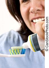 מברשת שיניים ומדביקה