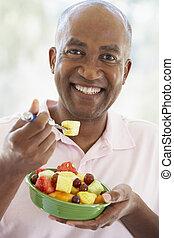 מוזדקן אמצעי, איש, לאכול, סלט של פרי טרי