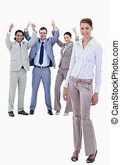 מזכיר, לחייך, עם, שלה, ידיים, דרך, שלה, גוף, ו, אנשים של עסק, עם, ה, בהונות, ב, ה, רקע