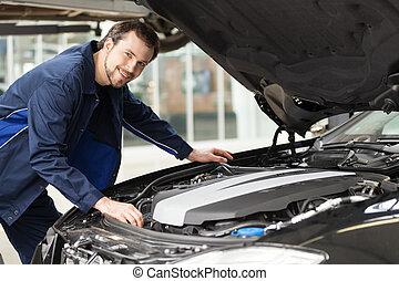 מכונאי, ב, work., צעיר, שמח, מכונאי, לעבוד ב, ה, תקן חנות, ו, לחייך, במצלמה