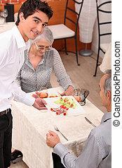 מלצר, לשרת, a, ארוחה