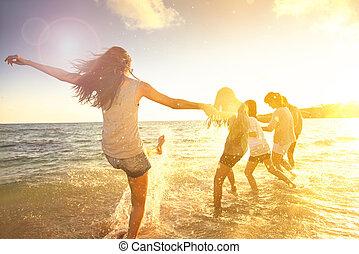 משפחה שמחה, בעל כיף, על החוף