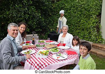 משפחה שמחה, לאכול, בגן