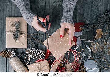 מתנה, הציין, אישה, present., לחתוך, נייר, ידיים, חג המולד, הבט