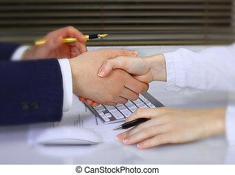 נהול חשבונות, עסק