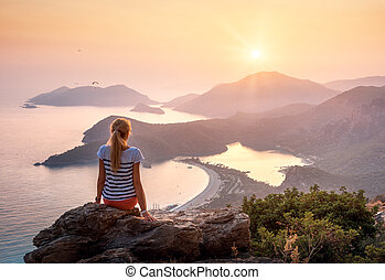 נוף, עם, ילדה, ים, הרים, ו, שמיים של תפוז