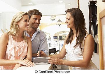 נקבה, עוזר של מכירות, ב, ביקורת יציאה, של, חנות של בגדים,...