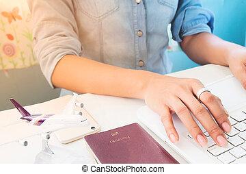סגנון חיים, מושג, מחשב נייד, אישה, הזמן, מחשב, דרכון, ידיים, להשתמש, מטוס, טכנולוגיה, דגמן, שולחן, טייל