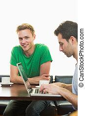 סטודנטים, להשתמש במחשב נייד, בזמן, בעל קפה, ב, בית קפה