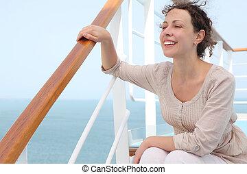 סיפון, אישה יושבת, סריג, צעיר, ריפוד פנים, להסתכל, להחזיק, שווט, תלתל, מדרגות, לחייך, עזוב