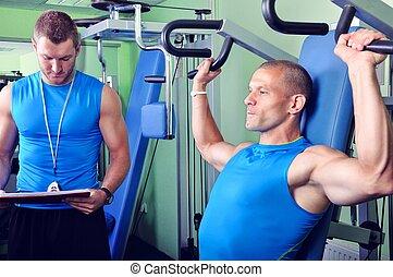 ספורטאי, איש, ב, אולם התעמלות, עם, אישי, מאלף של כושר הגופני