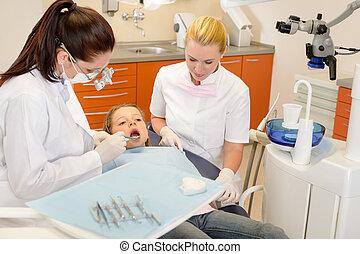 עוזר של השיניים, עם, רופא שניים, ו, ילד קטן