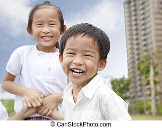 עיר חונה, ילדים, שמח