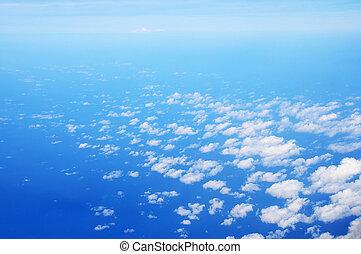 עננים לבנים, עם, שמיים כחולים
